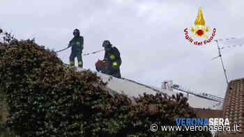 Va a fuoco il tetto di una carrozzeria e i vigili del fuoco salvano l'attività - Verona Sera