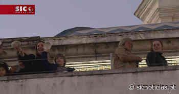 Devotos pagam promessas lançando cavacas do alto da capela de São Gonçalinho - SIC Notícias