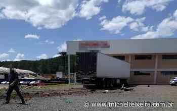 Caminhão invade empresa após colisão em Fraiburgo - Michel Teixeira