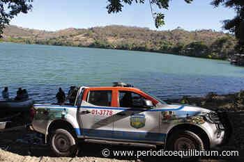 Policías participan en limpieza de la laguna de Apastepeque - Periódico Equilibrium