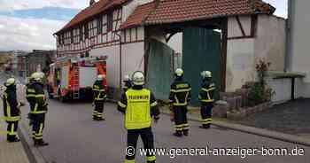 Feuerwehreinsatz in Alfter: Einfahrtstor eines Gutshofes drohte auf die Straße zu fallen - General-Anzeiger
