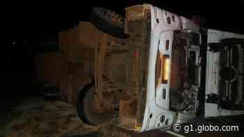Caminhão carregado com algodão tomba em rodovia de Tanabi - G1