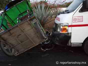 Imprudente taxista arrastra a mototaxi en la vía Umán Muna - Reporteros Hoy