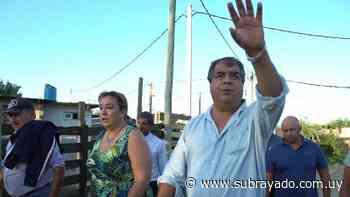 Irene Moreira junto a Rodrigo Blás recorrieron el asentamiento Los Eucaliptus - Subrayado.com.uy