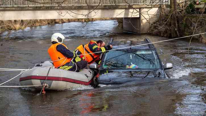 Bad Berka: Auto treibt in Ilm davon - Feuerwehr rettet Insassen - MDR