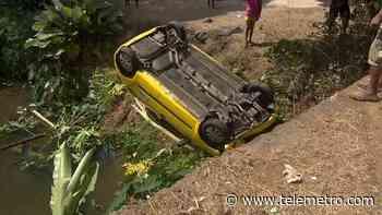 Taxi se volcó en una quebrada en La Cabima, dos heridos - Telemetro