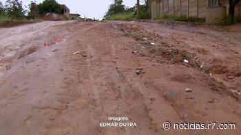Buracos e lama nas ruas de terra impede circulação em Esmeraldas - R7