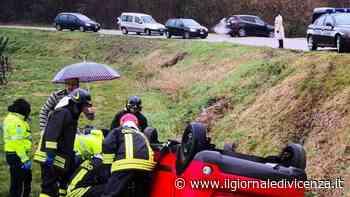 Esce di strada e finisce nel campo Auto distrutta - Il Giornale di Vicenza