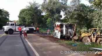 Ônibus tomba em Porangatu e deixa 13 pessoas feridas - Diário de Goiás