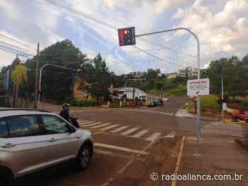 Semáforos com sensores na Rua Anita Garibaldi ainda deixam motoristas em dúvida - OUÇA - Rádio Aliança 750khz
