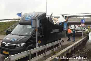 Bestelwagen klemgereden onder viaduct N445 in Rijpwetering - Leidsch Dagblad