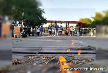 Tensión: los docentes se encadenaron en el Grand Bourg - Voces Críticas