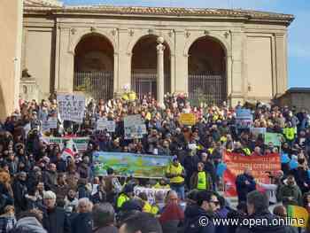 La rabbia dei romani in Campidoglio: «No alla discarica a Ponte Galeria. Raggi buffona» - Video - Open - Open