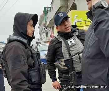 Patrulla de SSP choca con vehículo del Alcalde de Altotonga y policías intentan llevárselo detenido - plumas libres