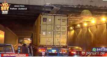 Cercado de Lima: Tráiler quedó atascado bajo puente de Plaza Ramón Castilla y daña estructura [VIDEO] - Diario Perú21