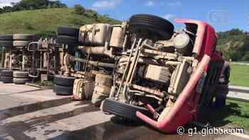 Homem morre após caminhão tombar na BR-101, em Casimiro de Abreu, no RJ - G1