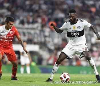 Adebayor vibra com primeiro jogo de titular do Olimpia - LANCE!