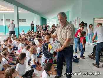 Jandaia do Sul entrega uniformes e material escolar - TNOnline