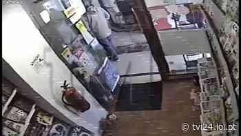 Vídeo mostra momento em que papelaria foi assaltada em Linda-a-Velha | TVI24 - TVI24