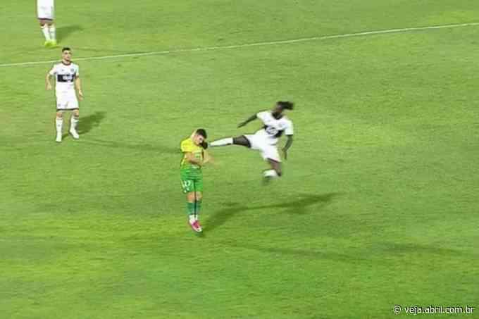 Adebayor acerta voadora em adversário e é expulso em vitória do Olimpia - VEJA.com