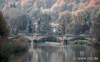 """Herbstliches """"Nachglühen"""" an der Neckarbrücke in Neckartenzlingen Foto: Gauß- NÜRTINGER ZEITUNG - Nürtinger Zeitung"""