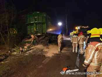 Vrachtwagen strandt in de berm (Grobbendonk) - Het Nieuwsblad