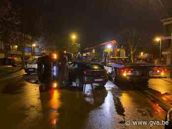 Bestuurder ramt twee geparkeerde auto's en belandt op zijkant in Berchem - Gazet van Antwerpen