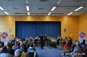 Die Brass Band BLECH[BRASERI:] verzaubert die Besucher der Festhalle in Wolfertschwenden: Eine Reise um die We - all-in.de - Das Allgäu Online!