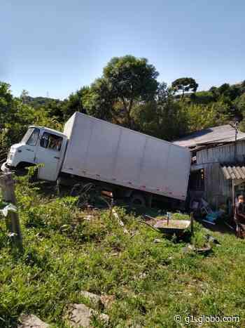 Após 'pane' nos freios, caminhão atinge casa de madeira em Rio Negrinho - G1
