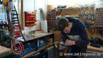 VIDEO | Schuhmacher-Azubis: 17-Jähriger aus Alfeld erlernt aussterbendes Handwerk - Sat.1 Regional