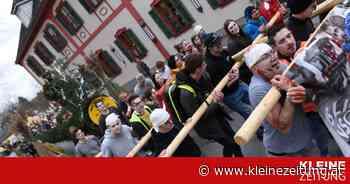 Bad Waltersdorf: Blochziehen im Ort - Kleine Zeitung