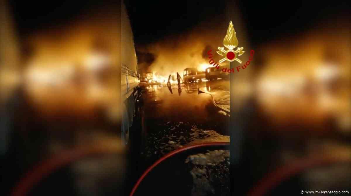 Settala. In fiamme nella notte 9 autocarri - VIDEO - Mi-Lorenteggio