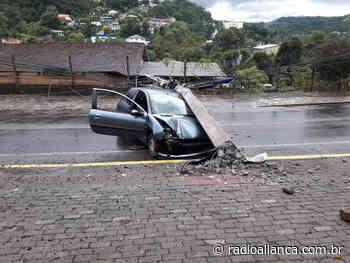 Condutor de veículo colide em poste e deixa parte de Ipira e Piratuba sem luz - Rádio Aliança 750khz