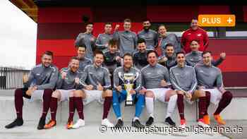 Der Pokal für ein ganz besonderes Jahr des FC Mertingen - Augsburger Allgemeine