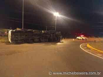 Caminhão com placas de Fraiburgo tomba na SC-480, no Oeste - Michel Teixeira