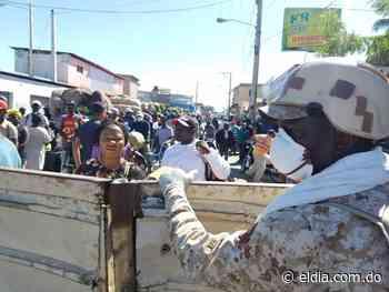Haitianos se agolpan en la frontera para comprar en Dajabón - El Dia.com.do