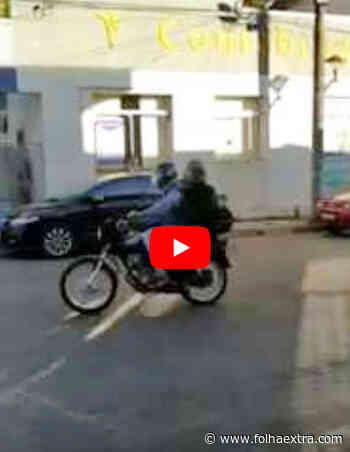 Lotérica de Siqueira Campos é assaltada em plena tarde; comerciantes registram o momento. Veja o vídeo - Folha Extra
