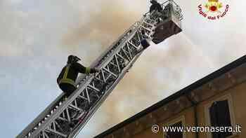 A fuoco tetto di una casa ad Asperetto, pompieri domano le fiamme - Verona Sera