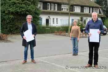 """Bewoners protesteren tegen nieuwbouw die pittoreske villa vervangt: """"Lijkt wel een kazerne uit het oostblok. Dit is Deurne toch niet?"""""""