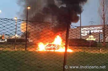 Varedo, auto in fiamme davanti all'Esselunga: paura e nessun ferito - Il Notiziario