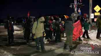 Protesters dismantle railway blockade in Saint-Lambert, Que., urge federal government to listen | Watch News Videos Online - Globalnews.ca
