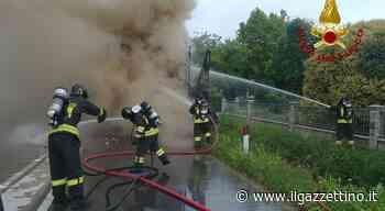Azzano Decimo. Camion frigo in fiamme in centro: coltre di fumo avvolge il quartiere Foto - Il Gazzettino
