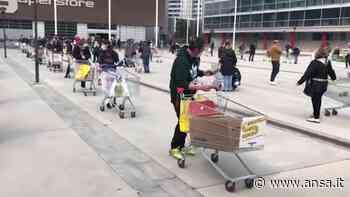 Coronavirus, la fila chilometrica al supermercato di San Donato Milanese - Italia - Agenzia ANSA