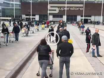 La fila chilometrica al supermercato di San Donato Milanese - Corriere TV