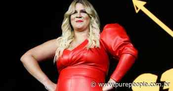 Marilia Mendonça, de look justo e cabelo loiro, se emociona em 1º show após nascimento do filho - Purepeople.com.br