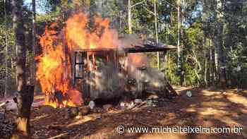 Incêndio destrói pequena casa de madeira no interior de Ipira - Michel Teixeira
