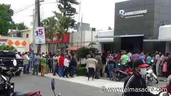 Se origina gran aglomeración personas en Banco de Reservas Dajabón; buscan retirar su dinero - El Masacre
