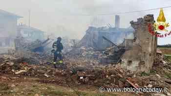 Incendio a Crespellano: fiamme nel casolare, Vigili del fuoco a lavoro per ore - BolognaToday