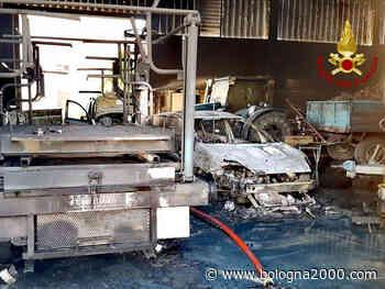 Auto ed attrezzature agricole distrutte a Crespellano in un incendio - Bologna 2000