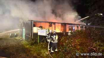 Feuer in Friedrichsdorf - Halle von Kunststofffirma abgebrannt - BILD